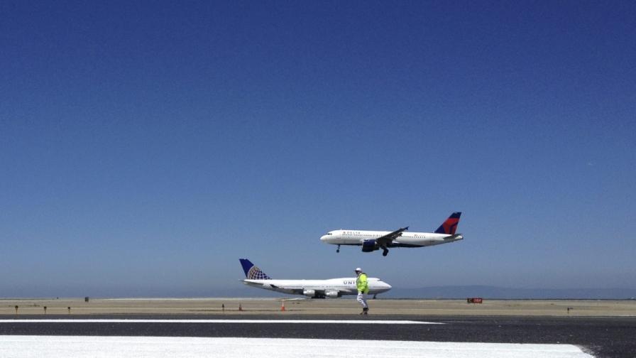 САЩ: При аварийно кацане самолет излезе от пистата