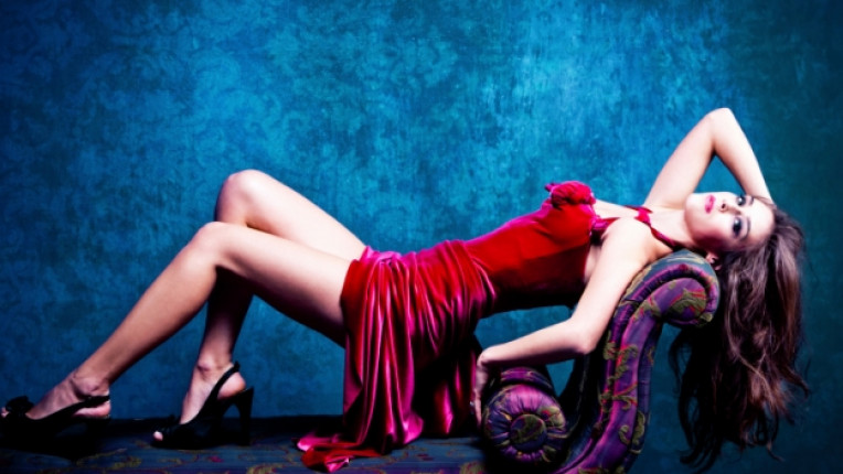 жена еротика диван съзблазън изкушение червена рокля страст