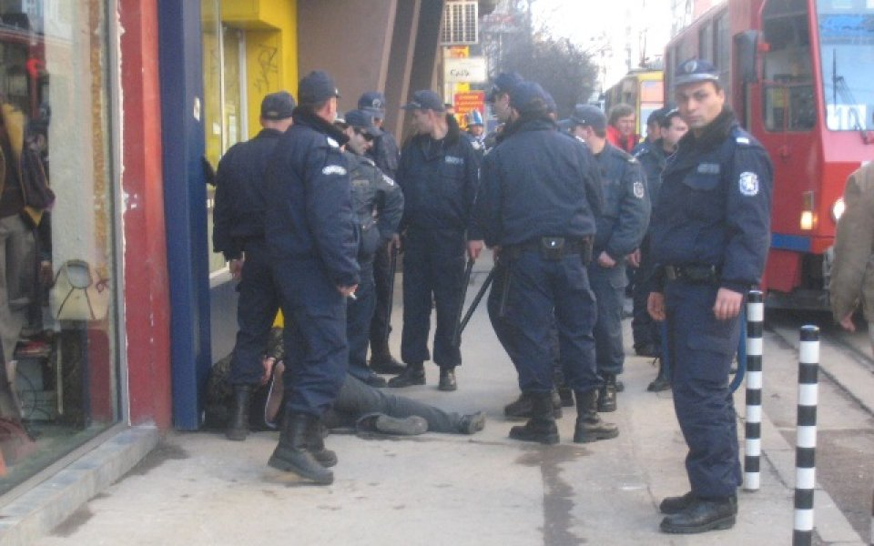 """Полицаи и """"сини"""" фенове се сбиха час преди мача"""