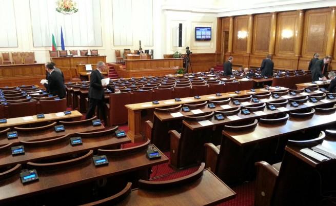 Парламентът няма да заседава поради липса на кворум