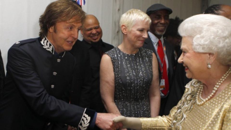 Пол Маккартни се срещна с кралица Елизабет II след края на концерта по повод 60-годишния диамантен юбилей от възкачването й на трона, Лондон, 4 юни 2012 г.