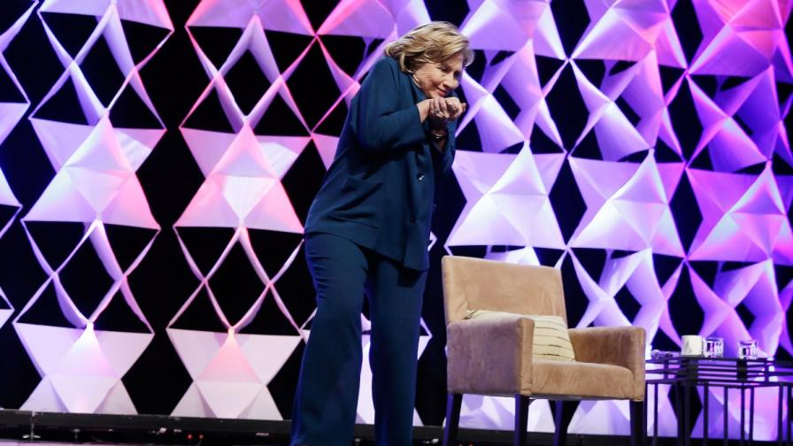 Хилари Клинтън се предпазва от летящата обувка