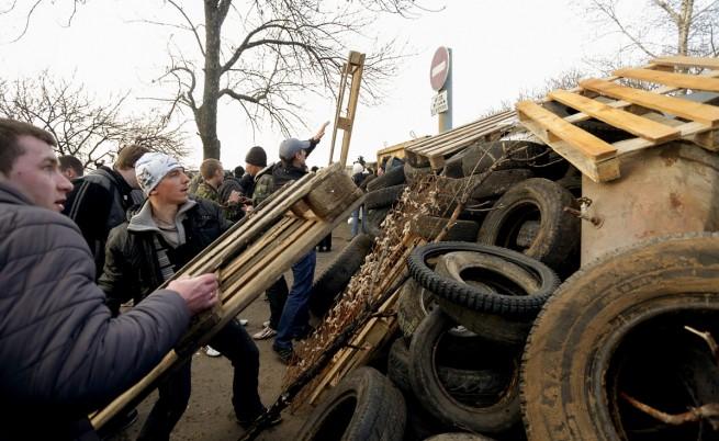 Проруски активисти строят барикади на входа на военната база в Краматорск