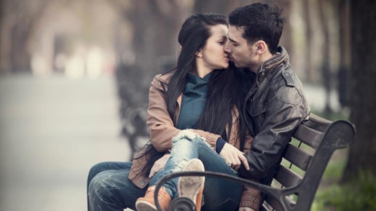 целувка партньори внимание връзка двойка флирт емоция