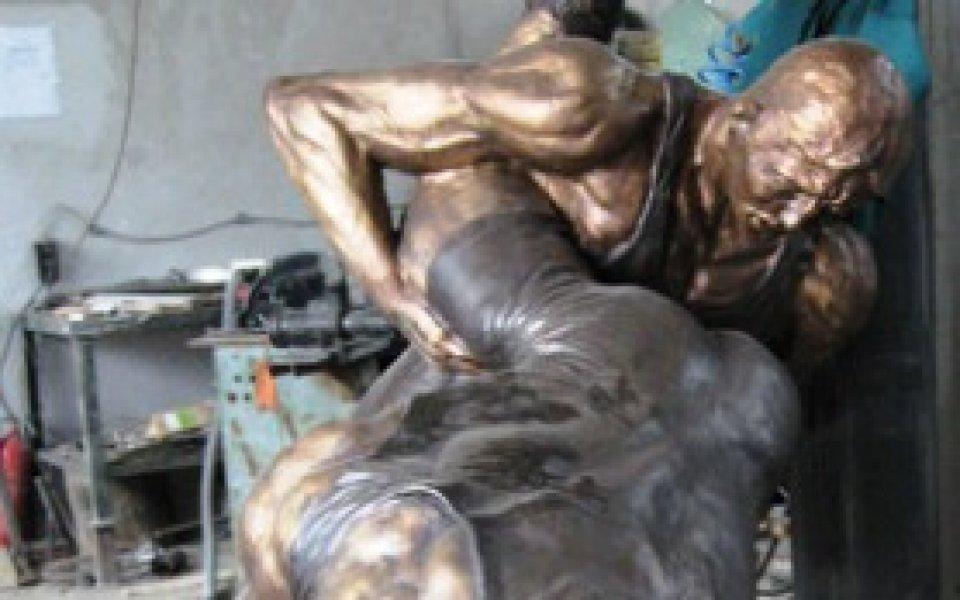 Вдигат 6-тонна статуя на Вальо Йорданов в Швейцария