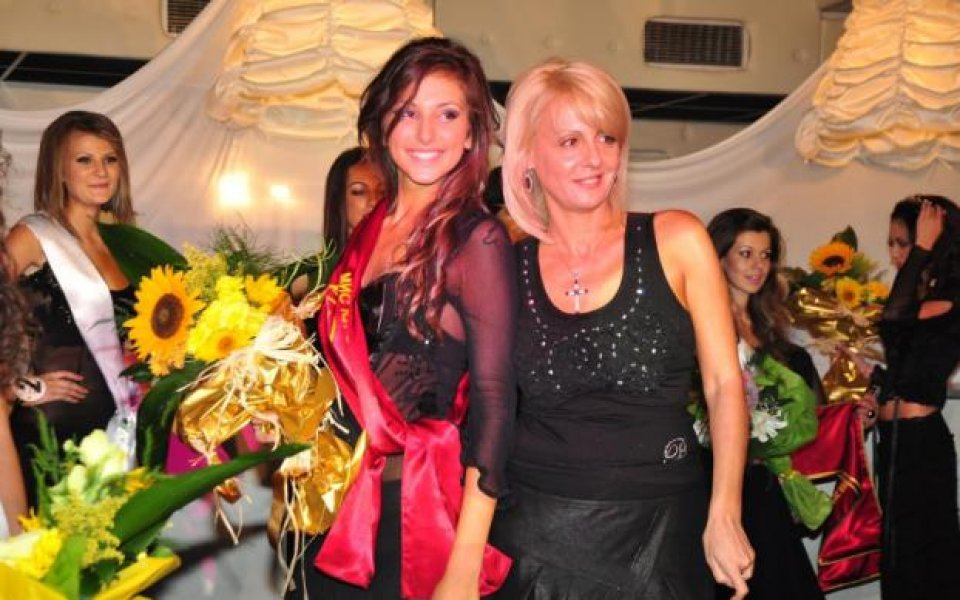 СНИМКИ: Г-жа Бербатова в журито на конкурс за красота