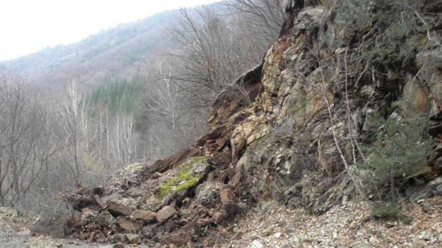 Свлачище край Смолян заплашва водопровод
