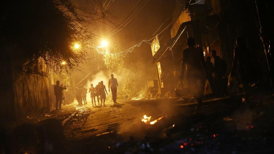 Протестиращите в Рио запалиха коли и издигнаха барикади от горящи гуми
