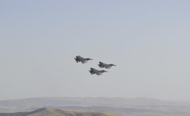 Турски бойни самолети над Атина