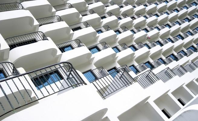 Хотелиерите в Слънчев бряг искат глоба от 300 евро за скачане от балкон