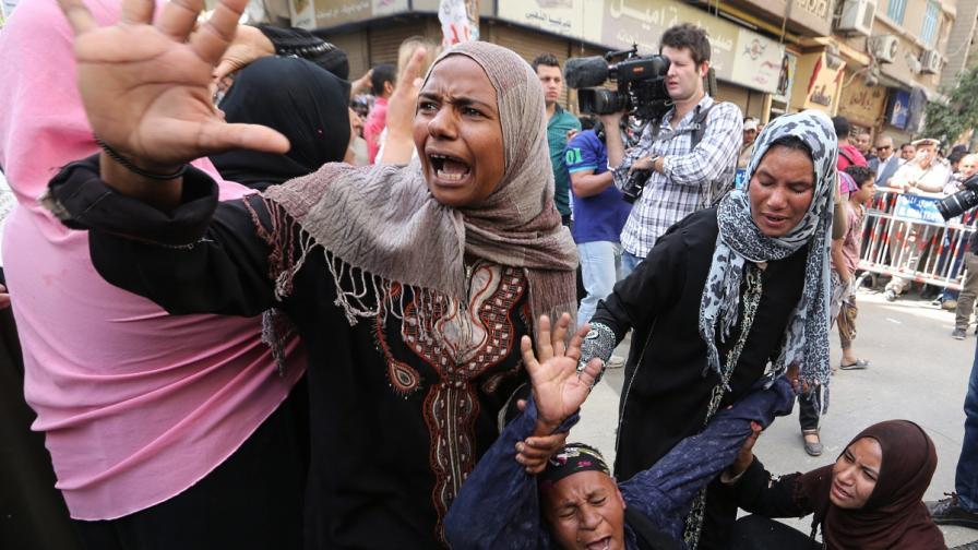 Роднини на осъдените, събрали се пред сградата на съда, реагират на присъдите
