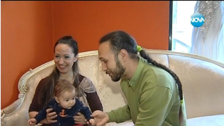 Двамата дизайнери заедно с петмесечното си бебе