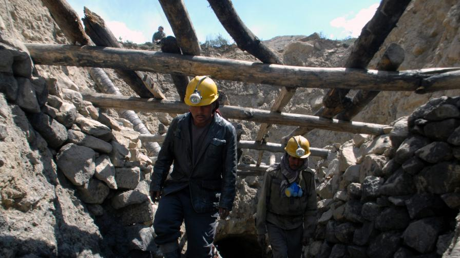 Афганистан: 2000 души са затрупани под свлачище