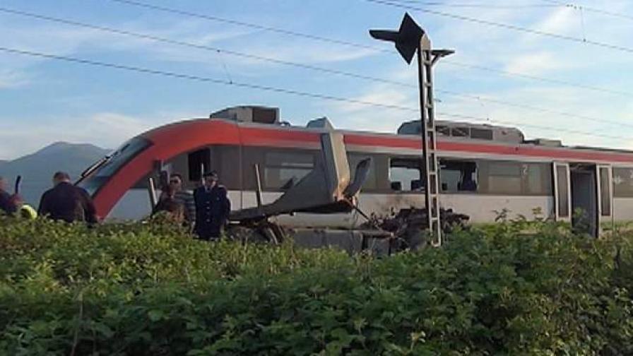Две жени с опасност за живота след сблъсък на влак и камион