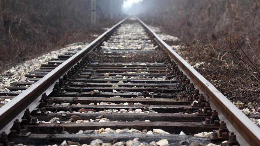 Локомотив на пътнически влак дерайлира на спирка Цепина