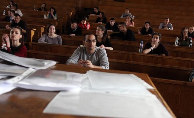 По-малко студенти и по-високи такси в повечето университети