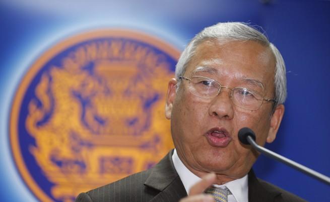 Премиерът на Тайланд избяга от заседание след щурм на протестиращи