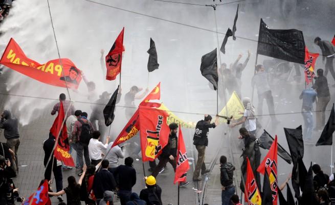 Полицията използва сълзотворен газ срещу 20-хиляден протест в Измир
