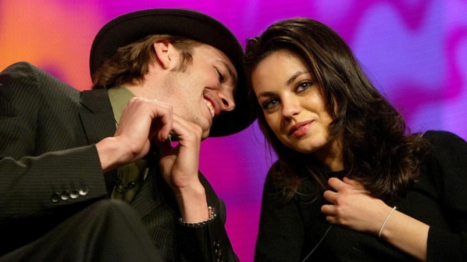 Мила и Аштън заедно в телевизионно предаване по FOX през 2004 г.