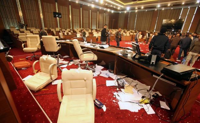 Въоръжени лица щурмуваха либийския парламент