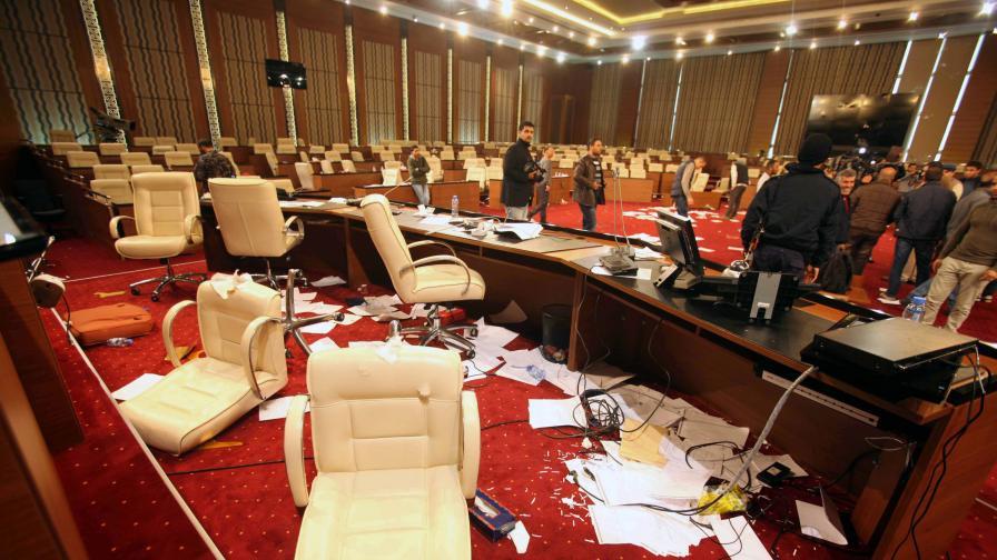 Парламентът беше нападнат и през март, но от протестиращи