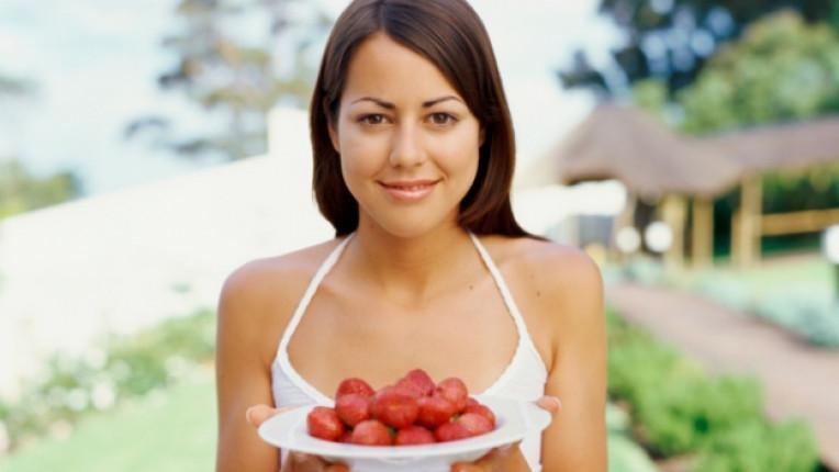 жена ягоди чиния плодове