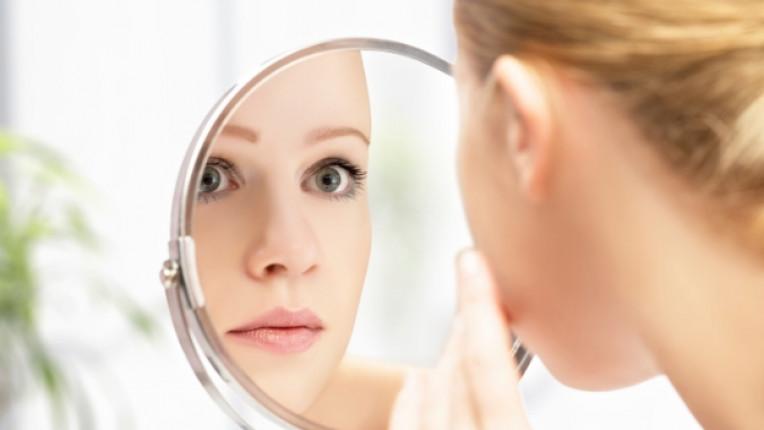жена бръчки огледало