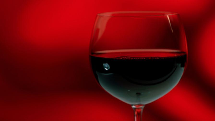 Защо една чаша вино прави жените видимо по-красиви