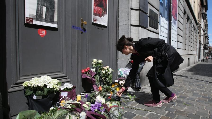 Жена оставя цветя на пред Еврейския музей в Брюксел