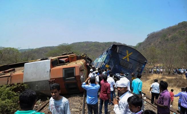 40 души загинаха при влакова катастрофа в Индия