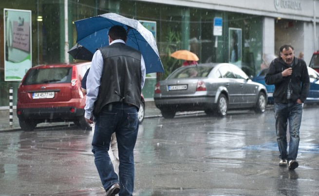 50 пожарникари и спасители отводняват в София и Габрово