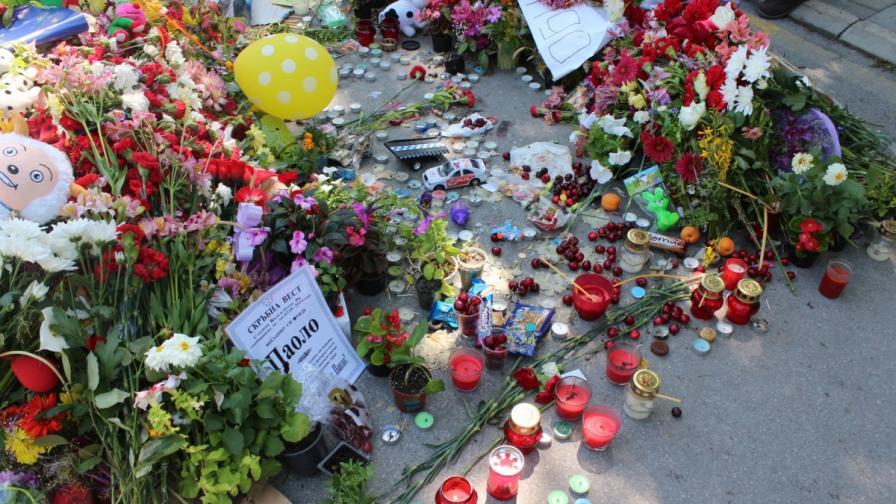 Мястото, на което бе убит малкият Паоло, е отрупано с цветя, свещи и играчки