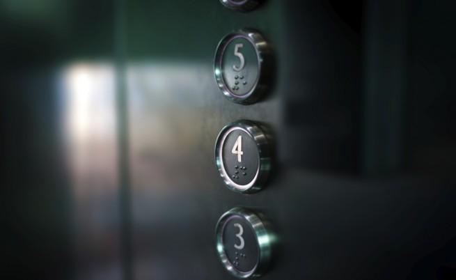 В съзнание е жената, която пострада в асансьора убиец