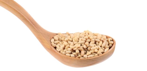 <p><strong>Кедрови ядки</strong></p>  <p>Изключително богати на протеини, което ги прави важна хранителна добавка, както за бременни и малки деца, така и за възрастни хора. Съдържат повече аминокиселини от месото и млякото, както и много витамини и минерали. Влияят благотворно върху сърдечно-съдовата, храносмилателната и нервната системи, подобряват обмяната на веществата, засилват либидото. Добре е да се ядат сурови, тъй като са чувствителни към топлината.</p>