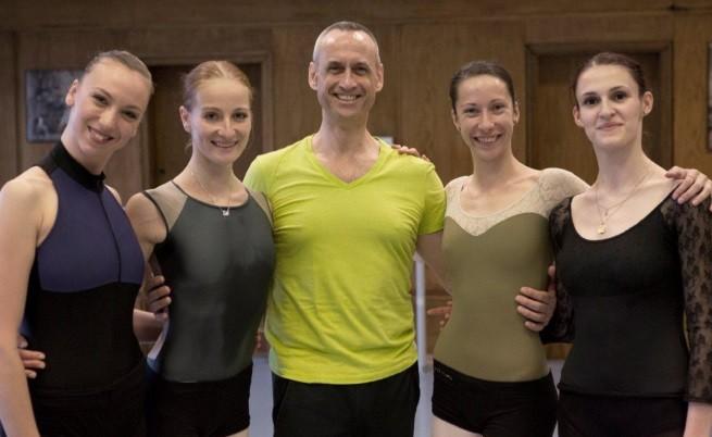Пол Боус с балерините, които подготвя