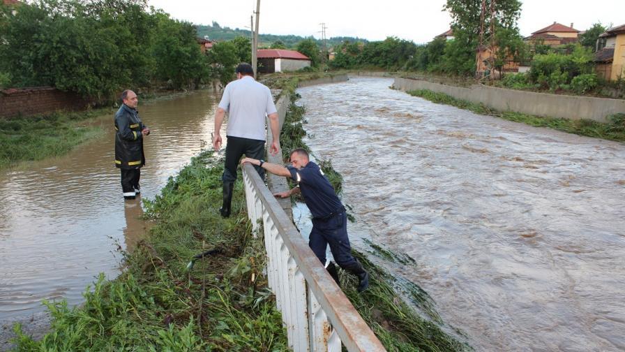 Наводнени къщи и дворове в село Турия