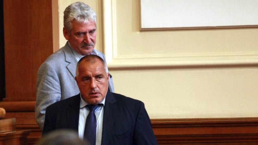 Бойко Борисов преди началото на извънредното заседание на Народното събрание днес