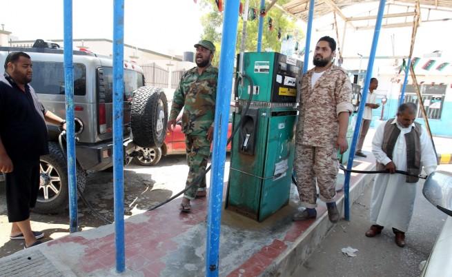 В богатата на петрол Либия: Бой на опашки за бензин, режим на тока