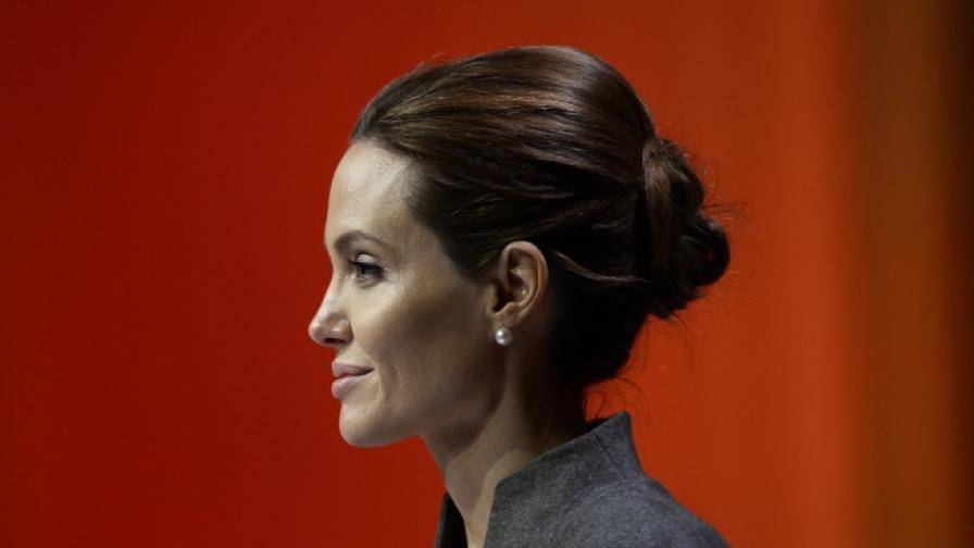 Дилърът на Джоли с видео от наркоманските ѝ години