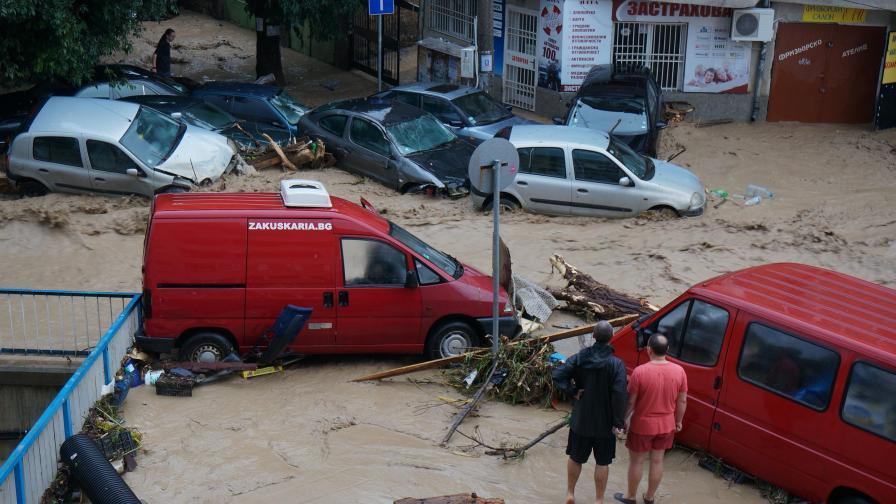 """Поне 10 са жертвите след пороя във Варна, издирват се още хора, кв. """"Аспарухово"""" бедства"""