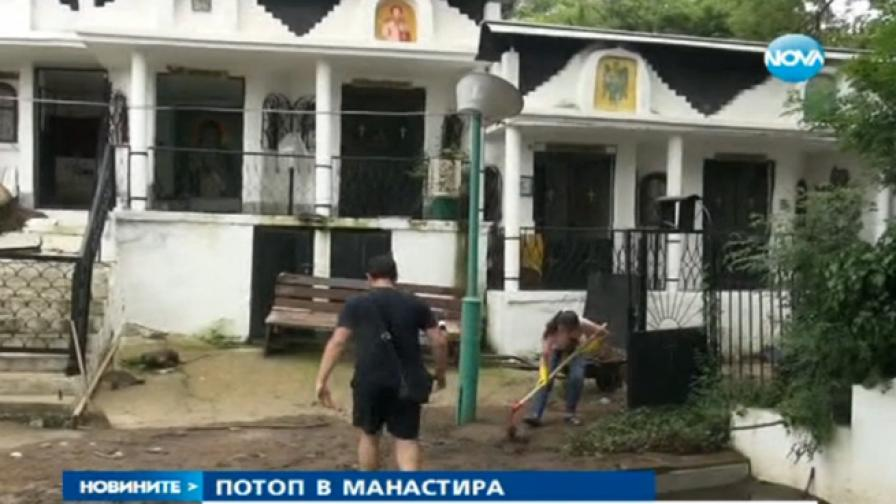 Двуметрова вълна удари и манастир край Бургас