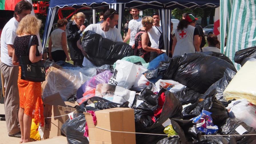 Продължават да пристигат помощи от цялата страна за пострадалите от потопа в Аспарухово