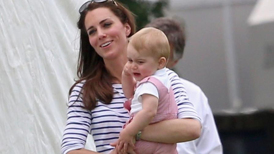 Принц Джордж в ръцете на майка си, херцогинята на Кеймбридж