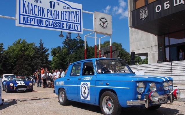 На 6 септември 1959 година се провежда първото автомобилно рали в Народна Република България. На снимката: рали с ретро автомобили.
