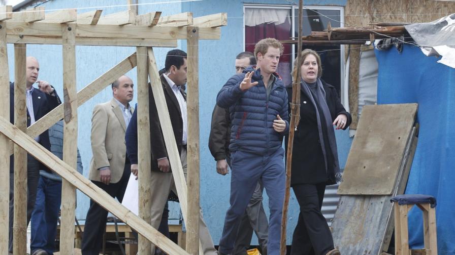 Принц Хари поправи телевизора на чилийско семейство