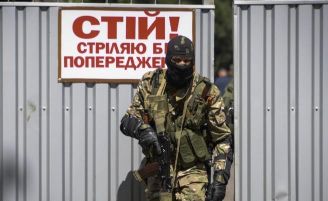 Снаряд падна в автобус и уби 10 души близо до Донецк
