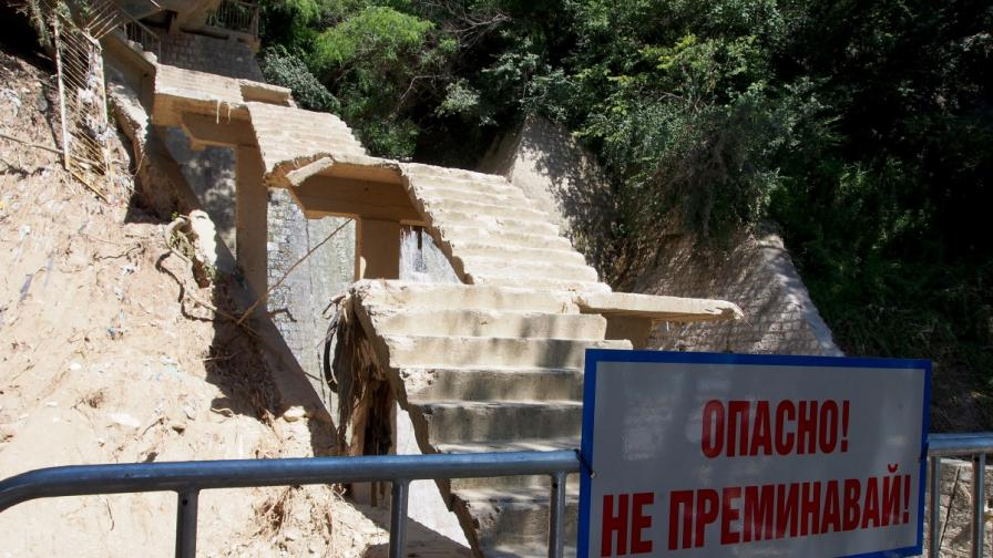 Стълбите свързващи морската градина с плажа