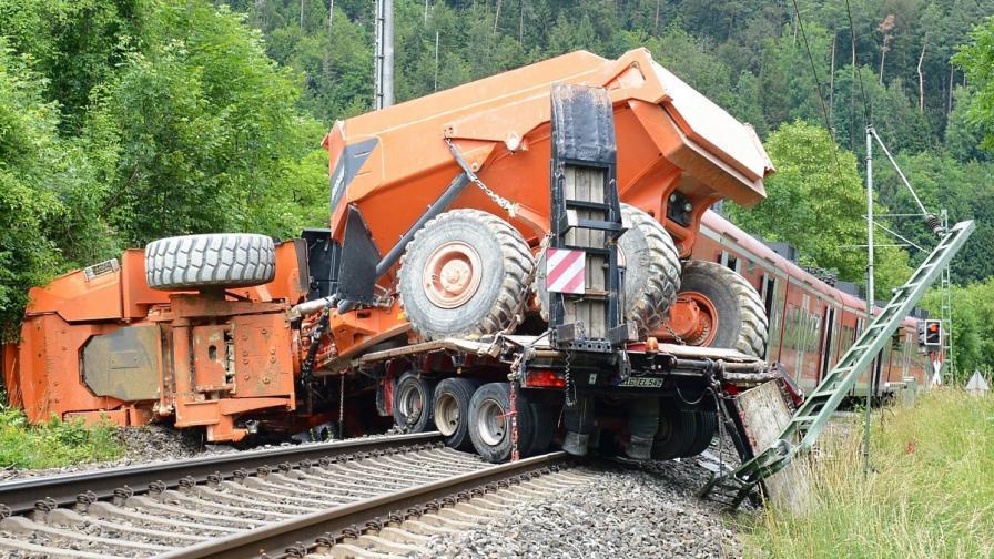 33 души бяха ранени при сблъсък на влак с камион в Германия