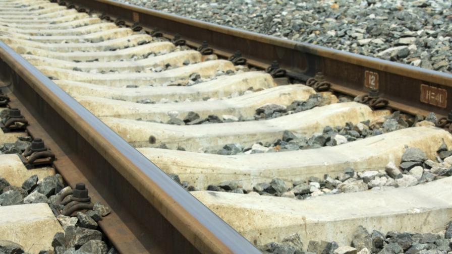 Пътническият влак София-Карлово дерайлира, няма пострадали