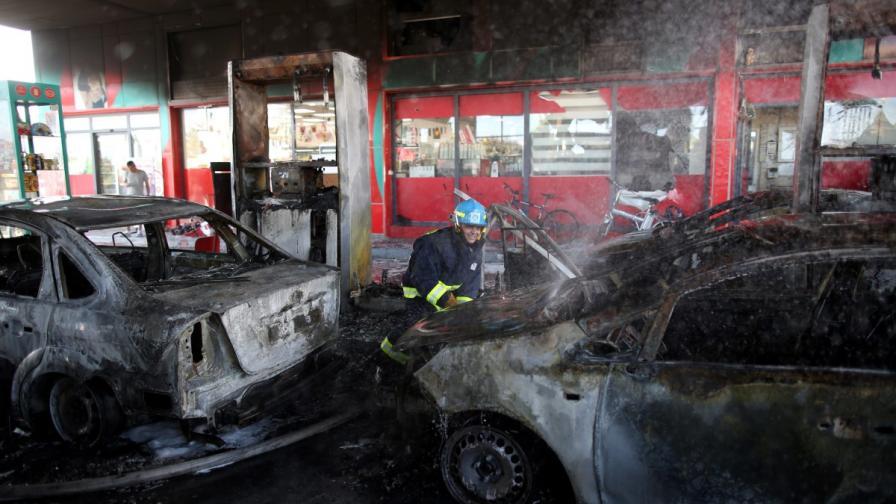 Пожарникари гасят уцелената от ракета бензиностанция в Ашдод